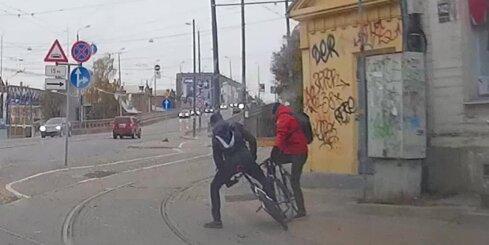 Barona ielā avarē riteņbraucēji