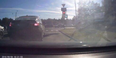 Neapdomīgs BMW X6 vadītājs aizkavē satiksmi, iebraucot nepiemērotā joslā