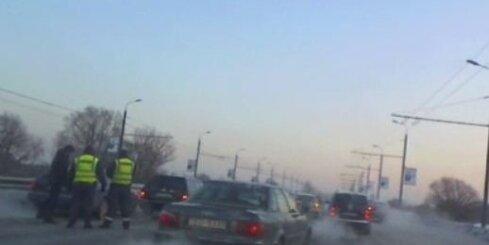 Avārija rada sastrēgumu uz Salu tilta