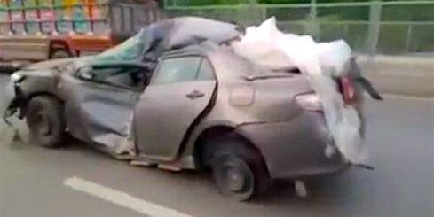 Pakistānā pa ceļu brauc pavisam saplacināta 'Toyota'