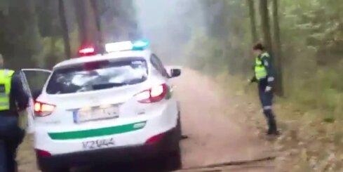 Lietuvā motociklists bēgot pakļūst zem policijas auto