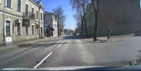 Šoferis parkāpj ceļu satiksmes noteikumus