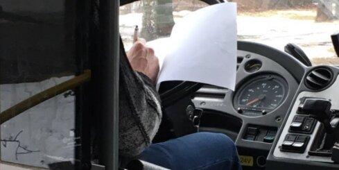 'Rīgas Satiksmes' autobusa šoferis brauciena laikā aizpilda anketu