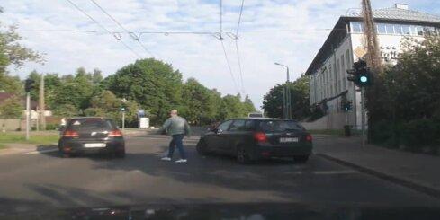 Šoferis draud mācību auto vadītājam (papildināts ar abu iesaistīto autovadītāju komentāriem)