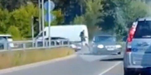 Skrējējs iesper neuzmanīgas autovadītājas automašīnai