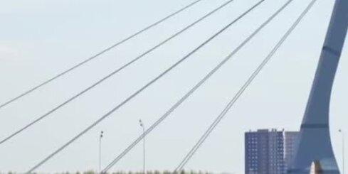 Iedzīvotāji protestē pret ieceri tiltu nosaukt Kadirova vārdā