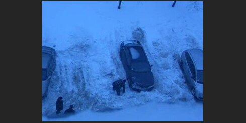 Ierok sniegā kaimiņa auto