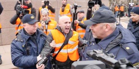 Pie Brīvības pieminekļa aiztur nelāgi ķērcošu 'Kremļa blogeri'