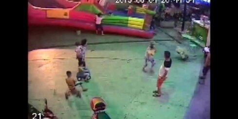 Ķīnā piepūšamajā pilī iet bojā trīs gadus vecs bērns