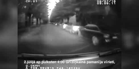 Rīgā policija aiztur garnadzi ar 24 automašīnu riepu dekoratīvajiem diskiem