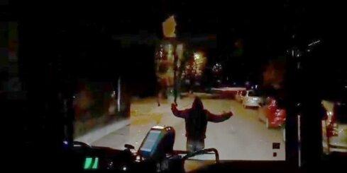 Vecmīlgrāvī vīrietis traucē autobusam braukt