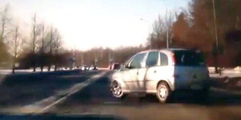 Autovadītājs Mežciemā veic pilnīgi idiotisku manevru