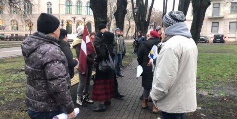 Gobzema atbalstītāji pulcējas pie Rīgas pils