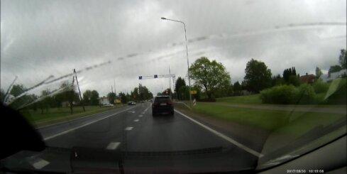 Siguldā autovadītājs aizbrauc pie sarkanās gaismas
