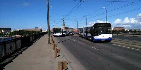 Autobusa un vieglā auto avārija uz Akmens tilta