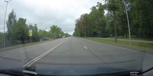 Pārgalvīgs braucējs pārkāpj ceļu satiksmes noteikumus