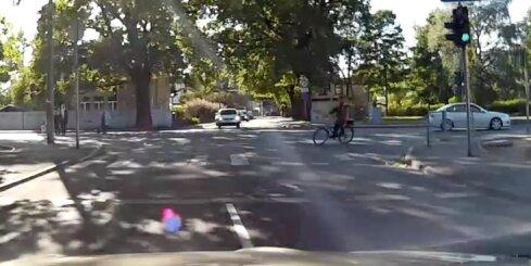 Riteņbraucējs krustojumā nobiedē autovadītāju