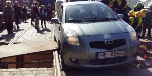 Nesaprātīga autovadītāja dēļ Barona ielā apstājas tramvaju satiksme