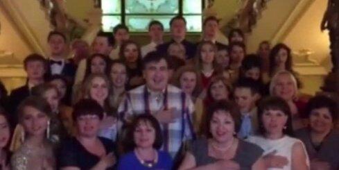 Skolēnu ieskauts Saakašvili nakts vidū dzied Ukrainas himnu
