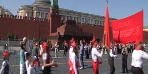 Bez komentāriem: Maskavā maršē pionieri