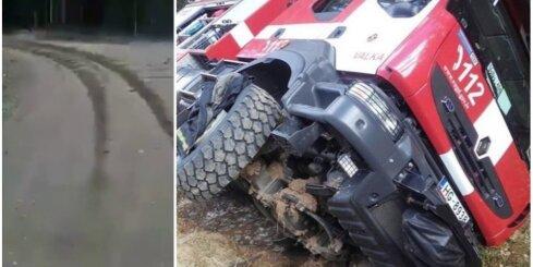 Valkā ugunsdzēsēji mēģina driftēt ar dienesta auto un iebrauc grāvī