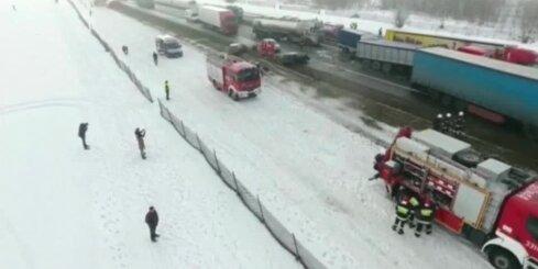 Polijā milzīgā autoavārijā iesaistītas 75 automašīnas