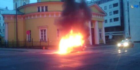 Rīgas centrā ar atklātu liesmu sadeg vieglā automašīna