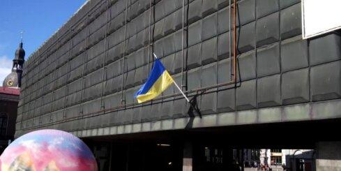 Pie Okupācijas muzeja izkārts Ukrainas karogs