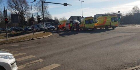 Ātrās palīdzības un mikroautobusa sadursme Jelgavā