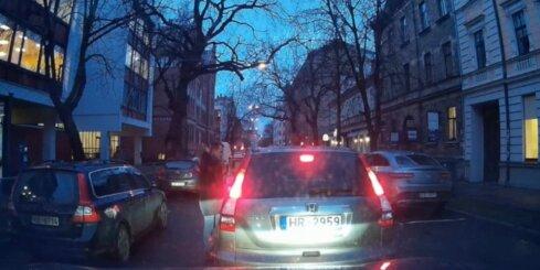 Kārtīgs autovadītājs Rīgas centrā pamāca pārkāpēju