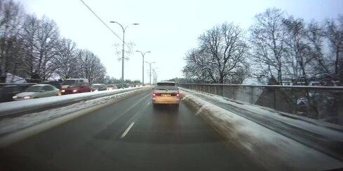 Auto brauc bez virzienrādītājiem