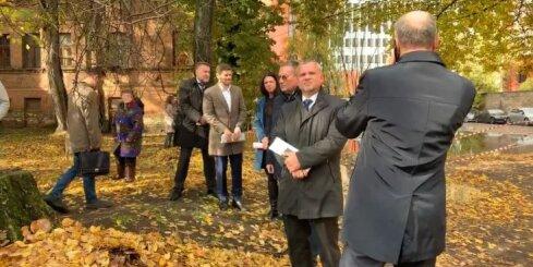 Rīgas mērs Burovs inspicē iegruvušo namu Rīgas centrā