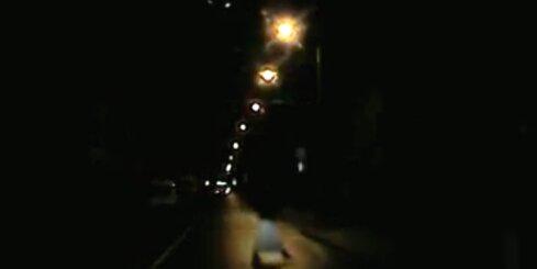No tumsas parādījies gājējs pārbiedē autovadītāju