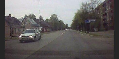 BMW pasažieris iekausta gājēju