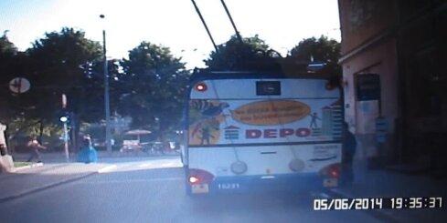 Neapmierināts pasažieris iesper trolejbusam