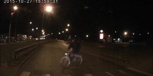No tumsas iznirstošs velosipēdists pārbiedē autobraucēju
