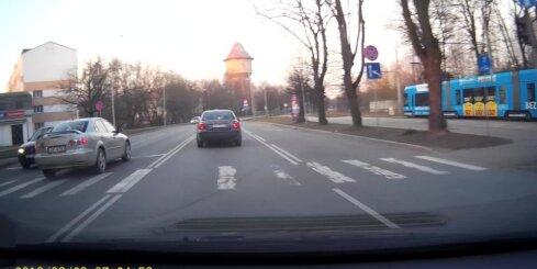 'Mazda' vadītājs apjūk un aizbrauc pa pretējo joslu