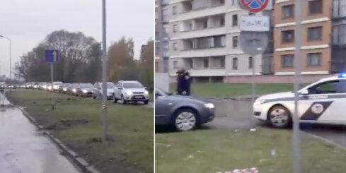 Ziepniekkalnā policija nobloķē auto sastrēgumu uz ietves