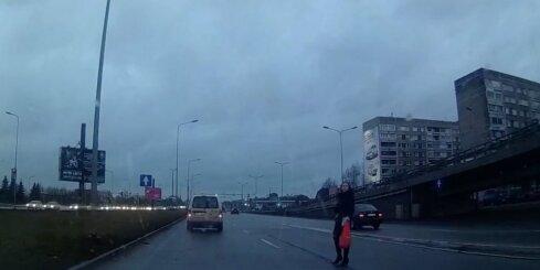 Sieviete izvēlas ne to labāko vietu, kur šķērsot Krasta ielu