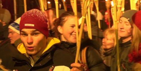 Tūkstošiem cilvēku lāpu gājienā izgaismo Rīgas ielas