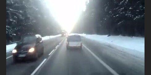 'Vieglais' auto ar piekabi avarē Polijā