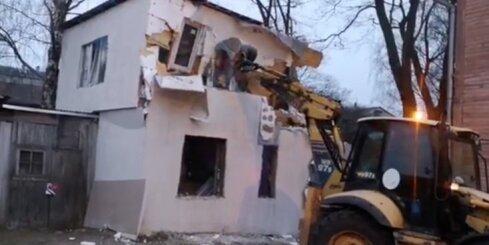 Būvvalde ar smago tehniku nojauc patvaļīgi uzbūvētu māju Pārdaugavā
