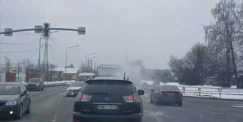 No sniega nenotīrīti kravas auto apdraud satiksmi