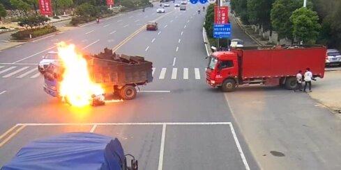 Filmu cienīgs skats Ķīnā - motocikls ietriecas kravas auto un uzliesmo