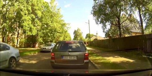 Rīgā brašulis pa ietvi apbrauc sastrēgumu
