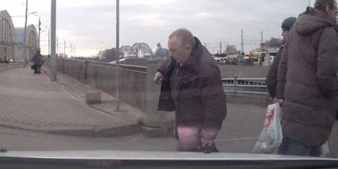 Nestabils vīrietis pakrīt zem auto