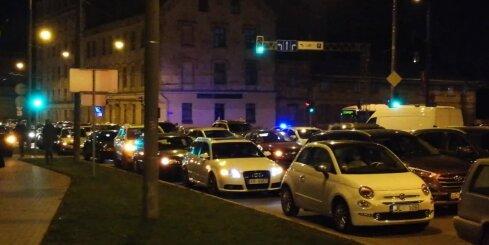 Simtgades sastrēgums – salūta laikā Rīgā auto atstāj ielas vidū