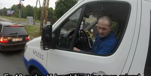 Motociklists Rīgā kaunina mikroautobusa šoferi