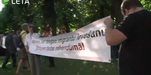 Pie valdības nama protestē pret jaunu imigrantu uzņemšanu Latvijā