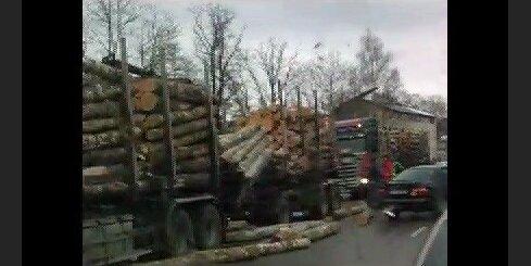 Daugavgrīvas ielā izgāžas baļķvedēja krava